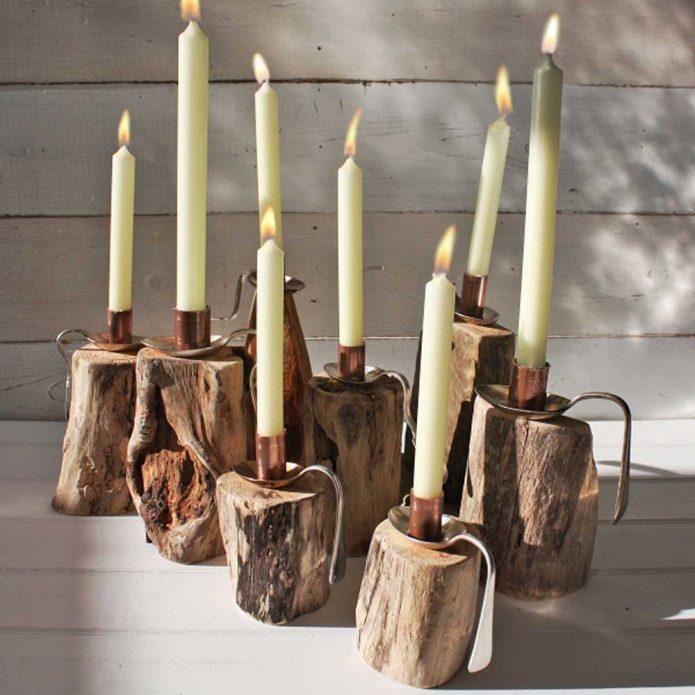 Высокие свечи на подставке из дерева и ложек