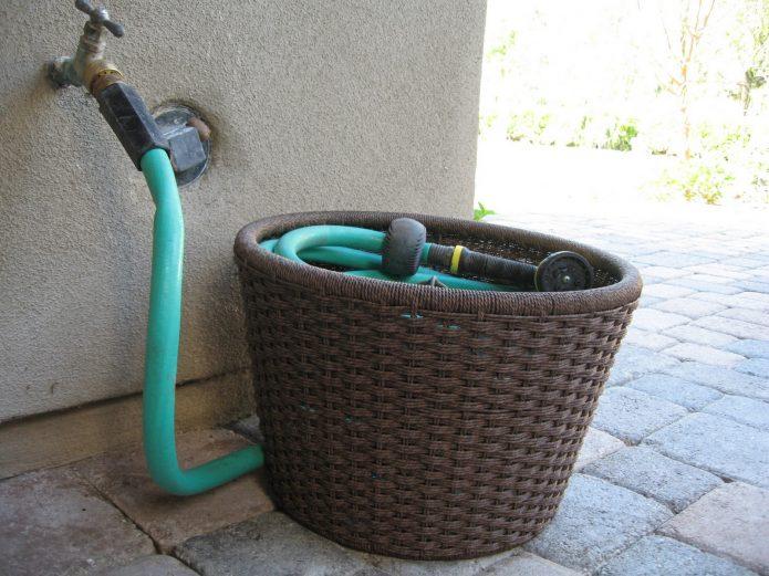 Хранение садового шланга в корзине