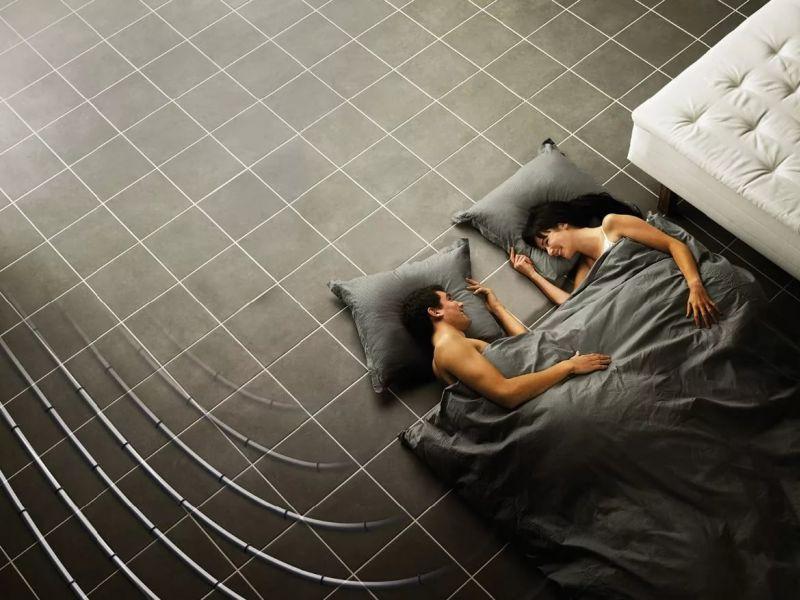 Можно ли делать тёплый пол в спальне: аргументы за и против