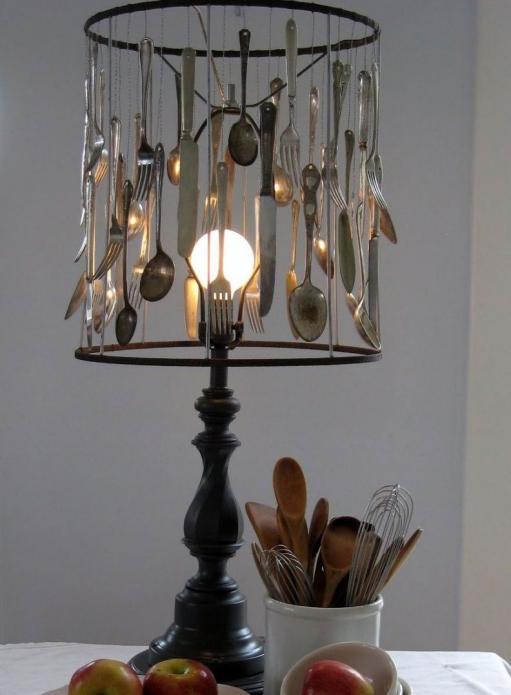 Настольная лампа с абажуром из ложек и вилок