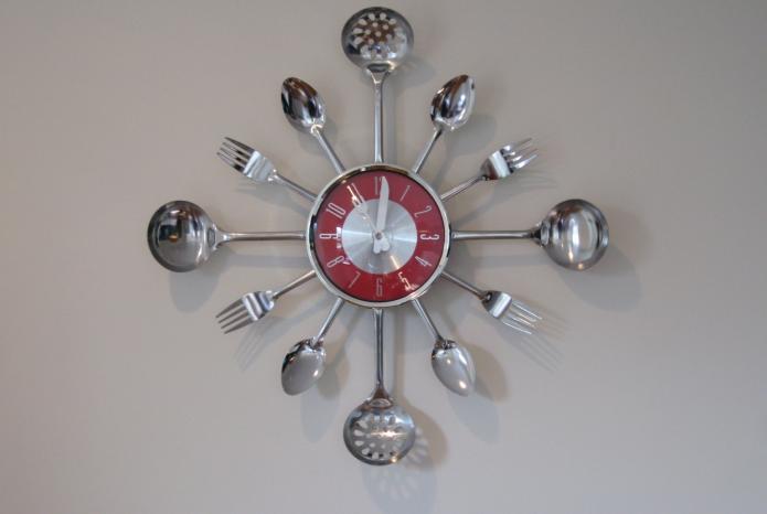 Эффектная оправа для кухонных часов из столовых приборов
