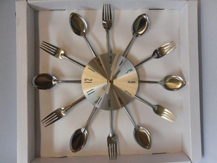 Эффектные кухонные часы из столовых приборов