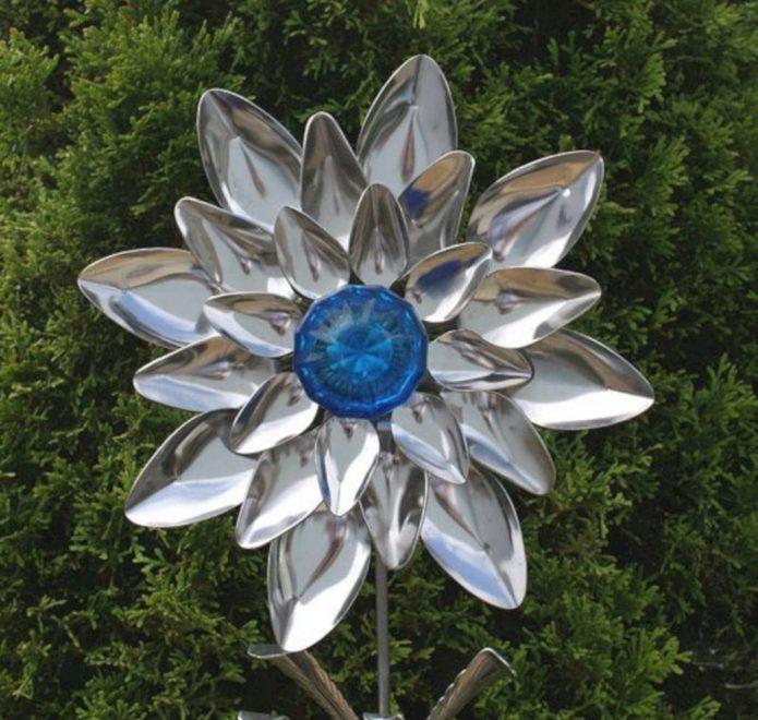 Яркий цветок из ложек на даче
