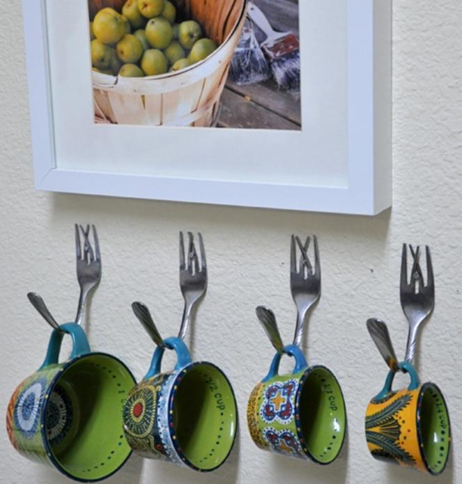 Крючки из вилок на кухне