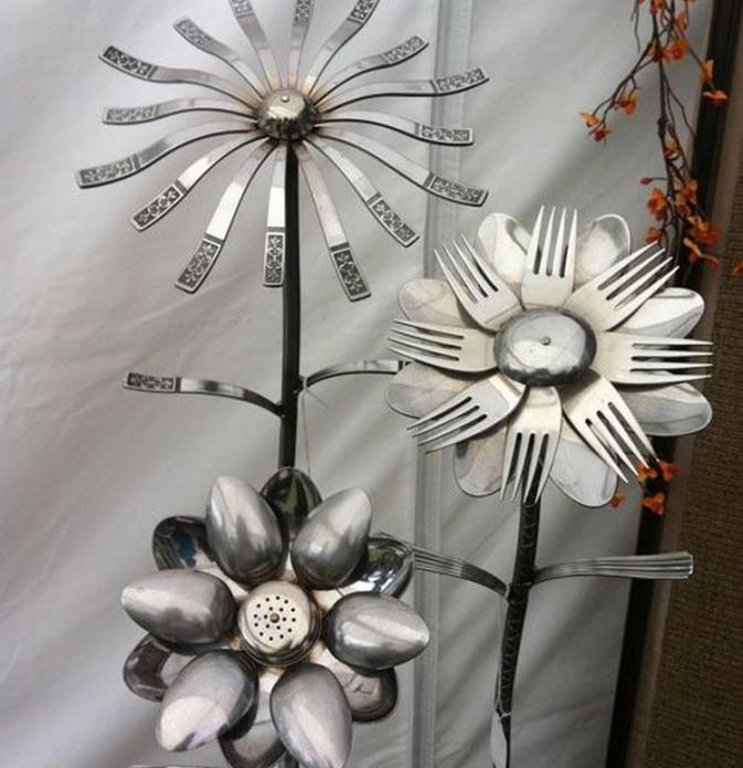 Колоритные цветы из столовых приборов для дачи