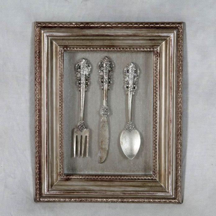Настенное украшение из столовых серебрянных приборов