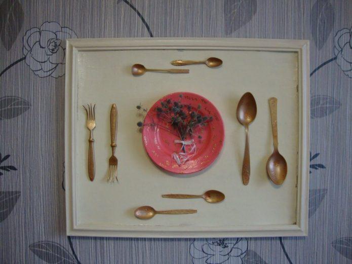 Эффектная картина из старой посуды