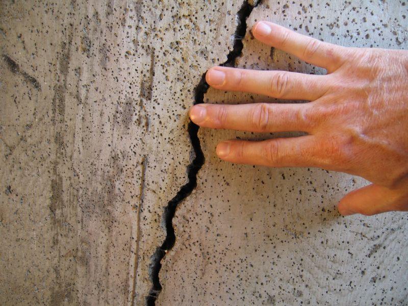 Как  заделать трещину в стене: полное руководство