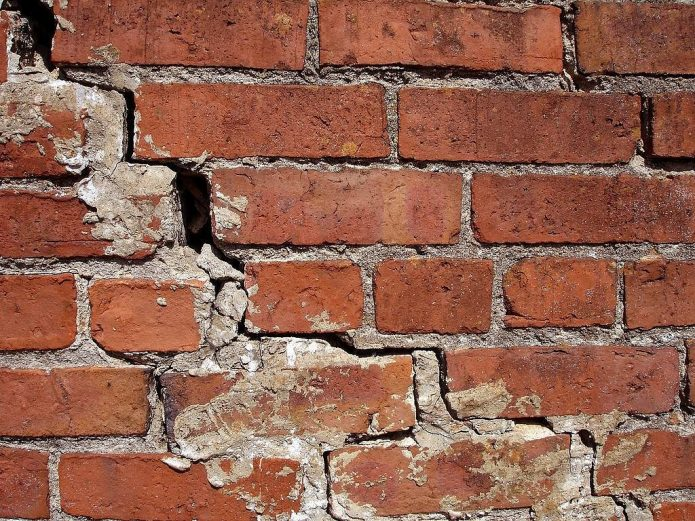 Трещина в кирпчной стене