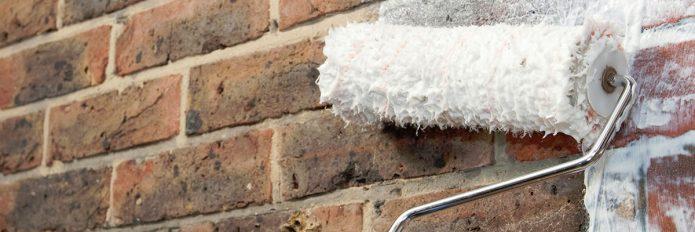 Обработка кирпичной стены грунтовкой