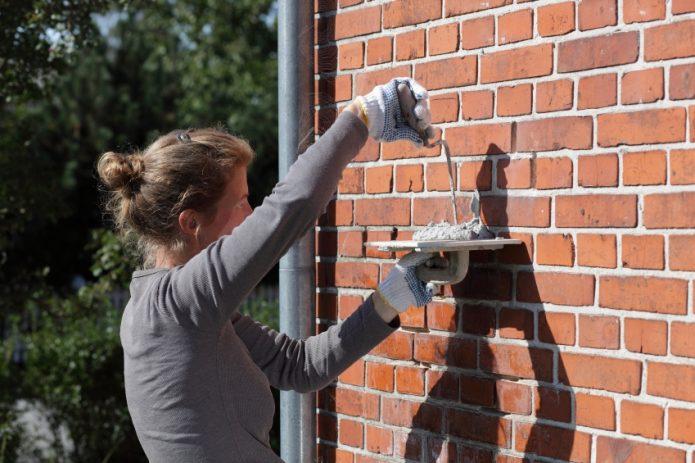 Заделка трещины в кирпичной стены шпатлёвкой