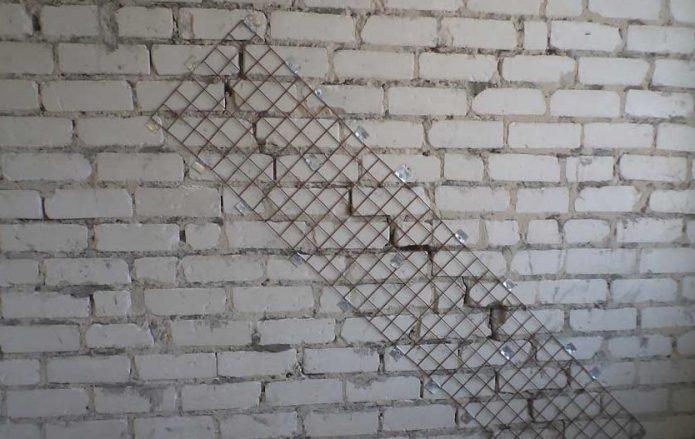Заделка трещины в кирпичной стене с использование металлической сетки