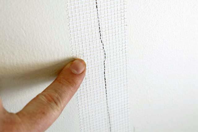 Использование сетки-серпятнки при заделке трещин во внутренней стене