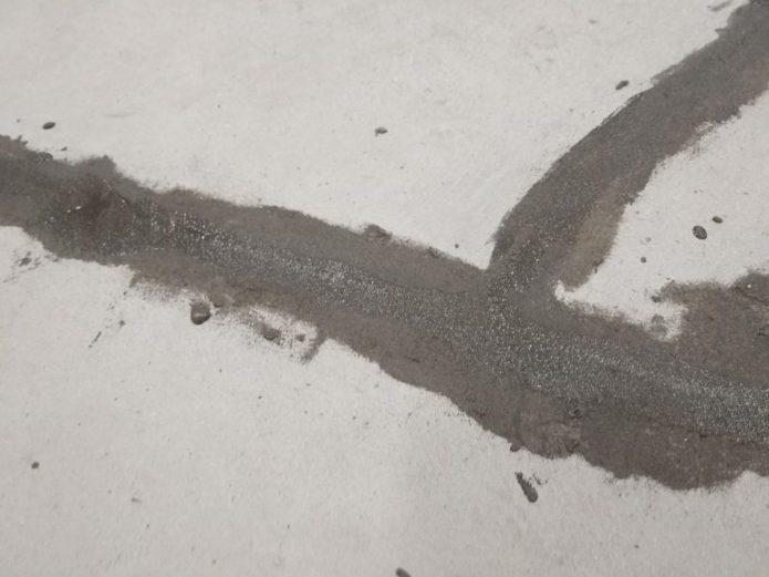 Обработанная трещина в бетоне