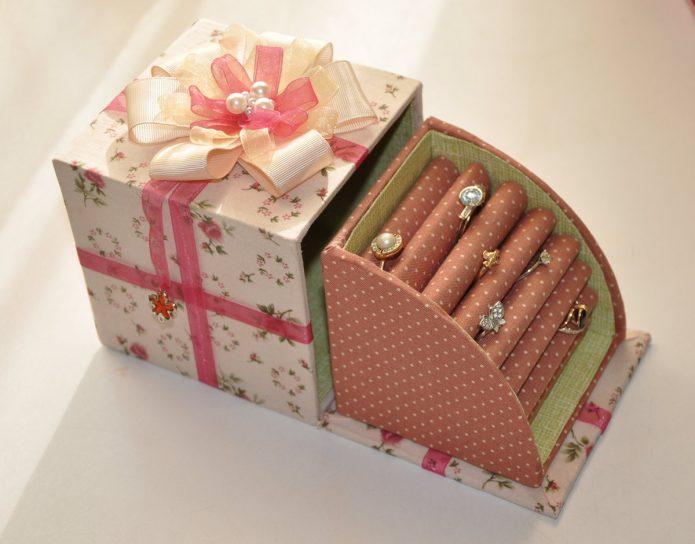 Красивая шкатулка из конфетной коробки