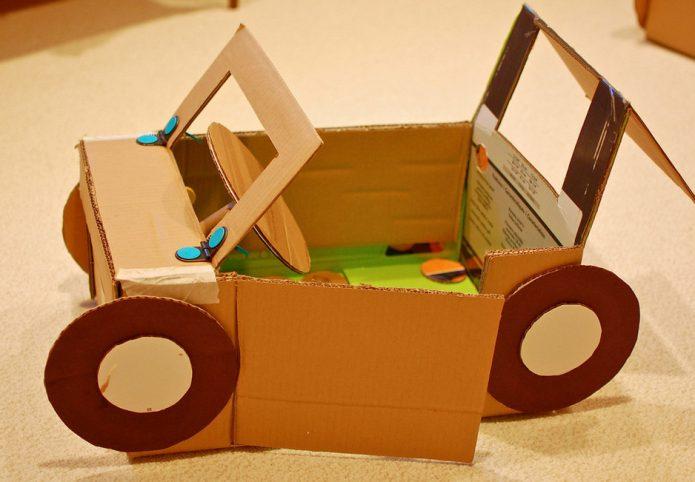 Игрушечная машинка из картонной коробки