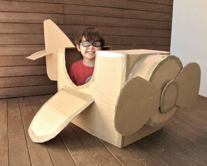 Игрушечный самолёт из большой коробки