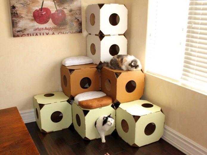 Домик и лабиринт для кошек из коробок