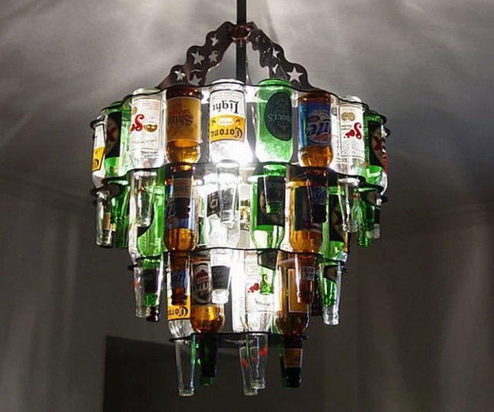 Большая люстра, оформленная пивными бутылками