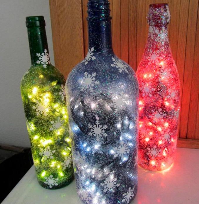 Праздничный декор из стеклянных бутылок