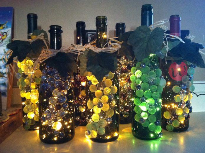 Эффектно оформленные бутылки с гирляндами