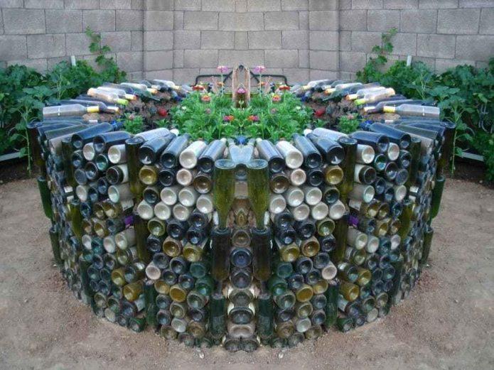 Декор клумбы стеклянными бутылками