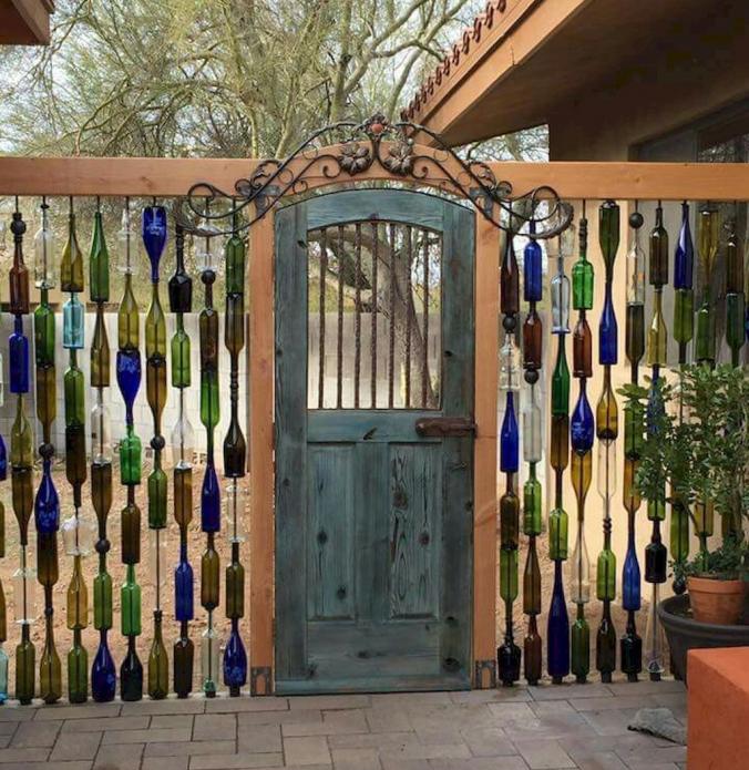 Необычный забор из цветных бутылок