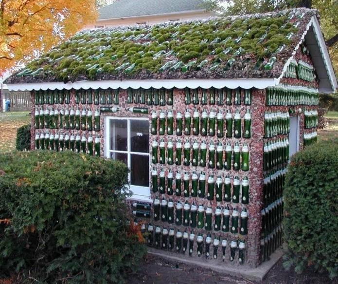 Небольшой дом из бутылок