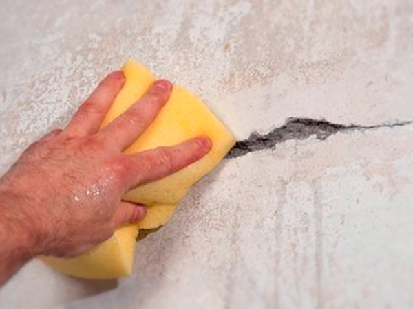 Обработка трещины в стене водой