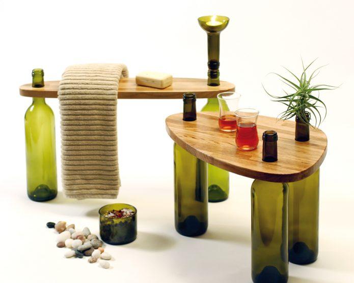 Журнальный столик с ножками из бутылок