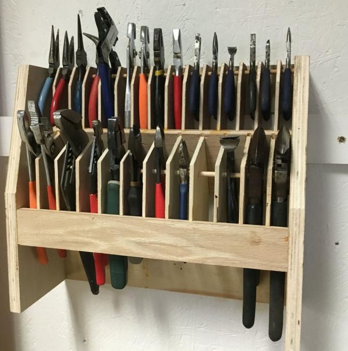 Небольшая, но практичная полка для инструментов
