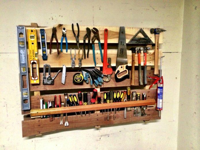 Настенный деревянный органайзер для инструментов