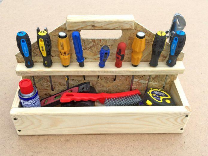 Маленький, но удобный деревянный ящик для инструментов