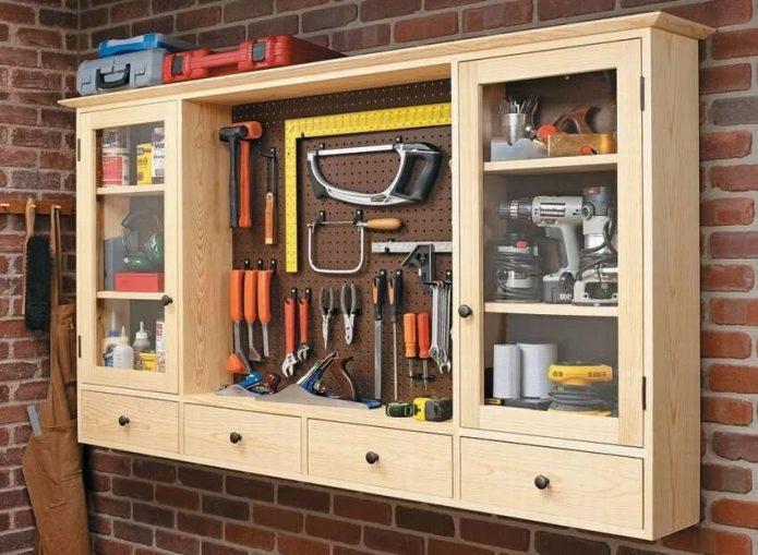 Удобный настенный шкаф для инструментов