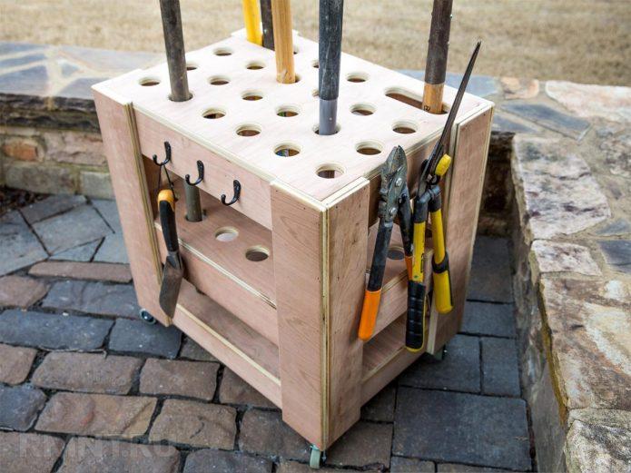 Оригинальное мобильное приспособление для садовых инструментов