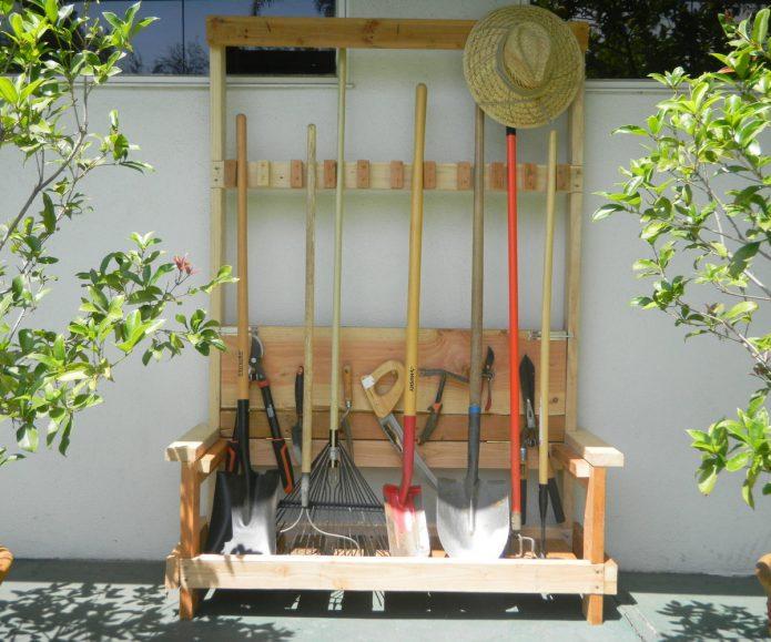 Деревянная подставка для садовых инструментов