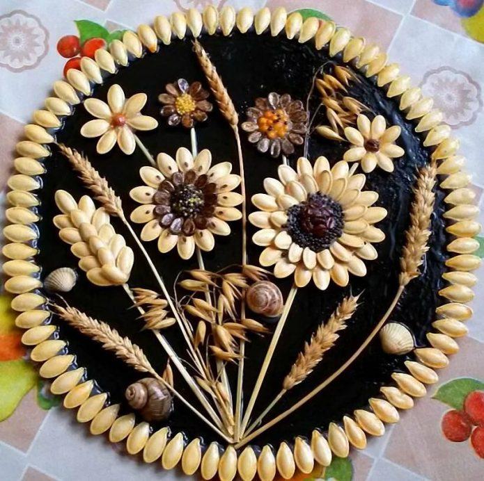 Панно из семян на пластиковой тарелке