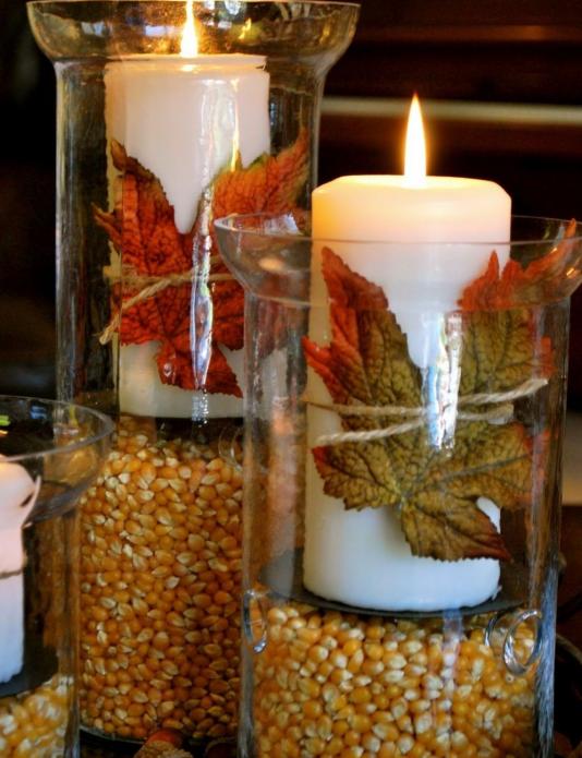 Самодельные подсвечники, оформленные кукурузой и осенними листьями