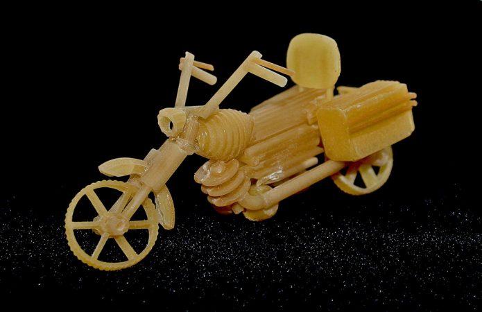 Модель мотоцикла из макарон