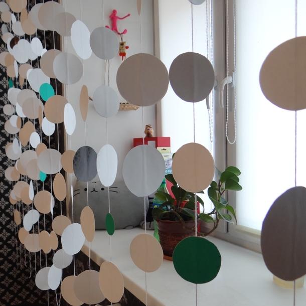 Оконные шторы из цветной бумаги в детской комнате