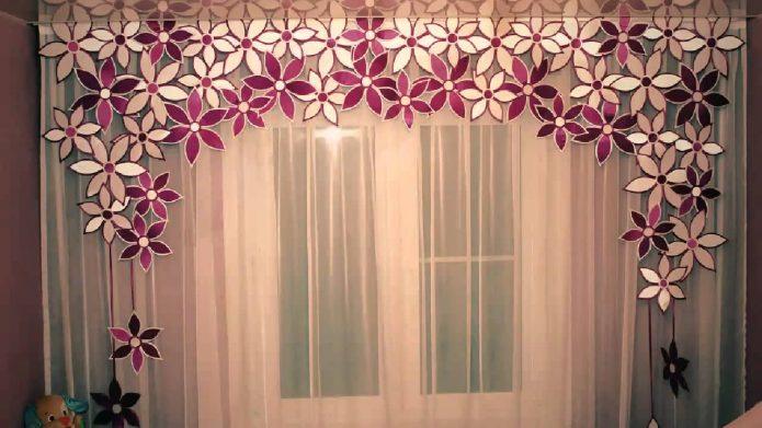 Самодельный ламбрекен из бумажных цветов