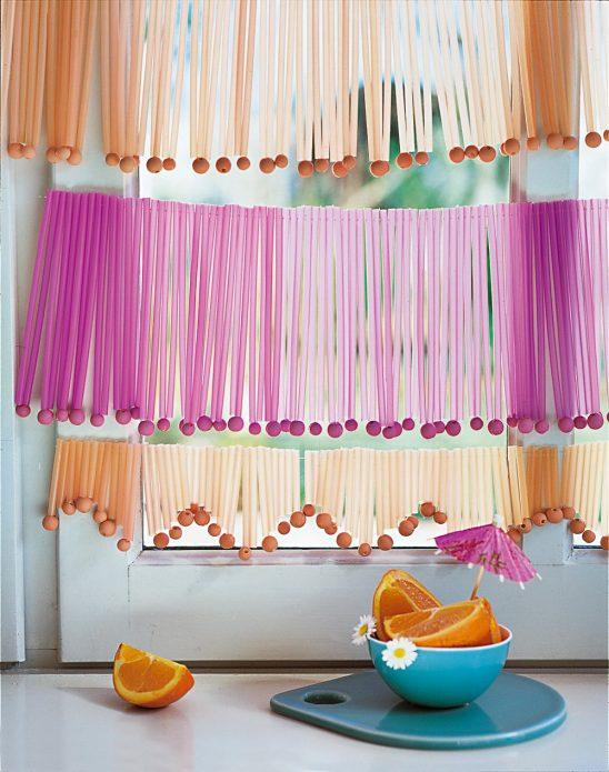 Эффектная шторка из лент на кухонном окне