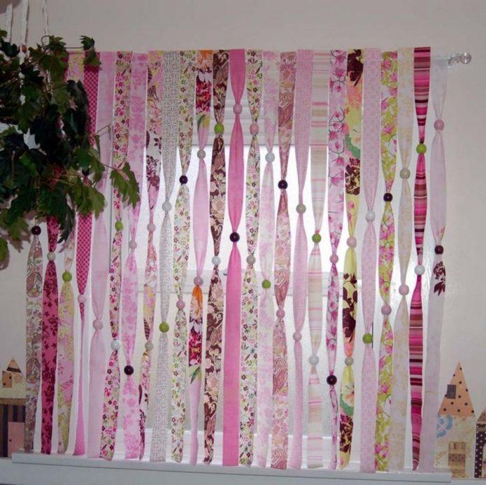 Красивая штора из полосок ткани в детской комнате