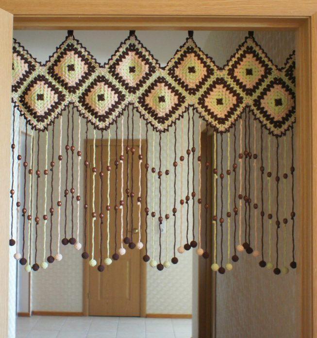 Вязаная шторка на дверной проём