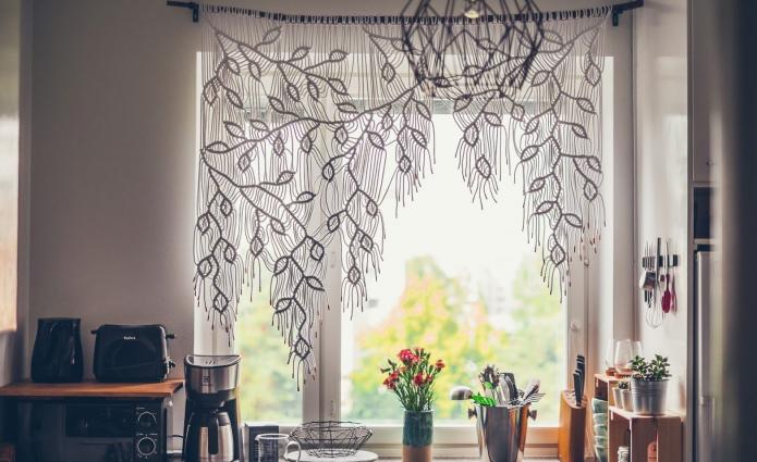 Красивая штора-макраме на кухне