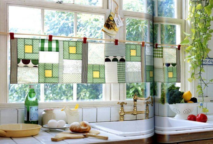 Эффектные шторы из кусочков ткани