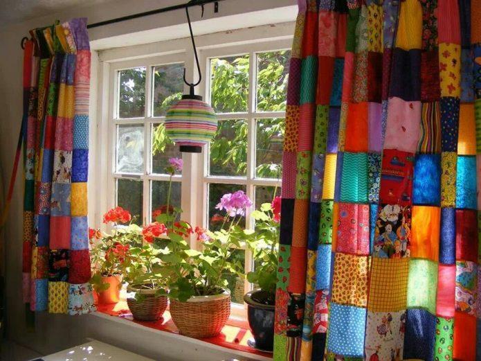 Плотные шторы в загородном доме