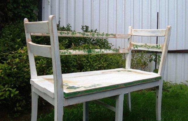 Оригинальная скамейка из старых стульев и двери