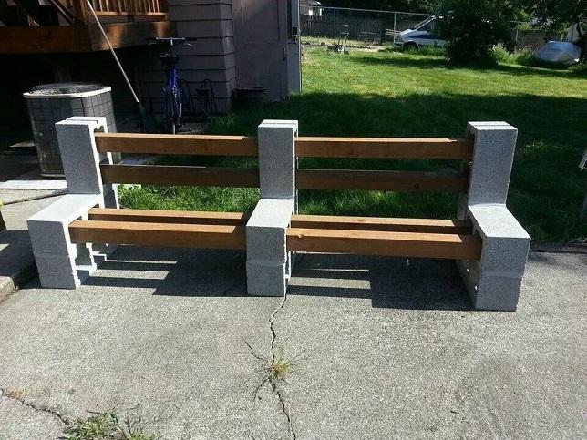 Большая скамейка из шлакоблоков и бруса