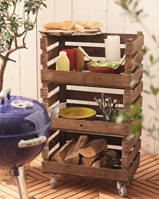Удобная тележка-этажерка из деревянных ящиков
